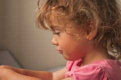 Porträt eines kleinen Mädchens im Profil Stockfoto
