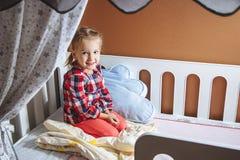 Porträt eines kleinen Mädchens im Schlafzimmer lizenzfreie stockbilder