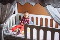Porträt eines kleinen Mädchens im Schlafzimmer lizenzfreies stockfoto