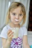 Porträt eines kleinen Mädchens mit den Milchschnurrbärten Lizenzfreies Stockfoto