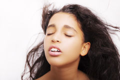 Porträt eines kleinen Mädchens mit den nahen Augen, die ihr Haar leicht schlagen Stockbild