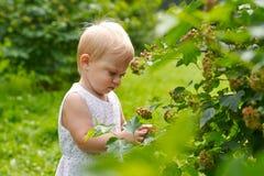 Porträt eines kleinen Mädchens mit einen Jährigen draußen Stockfoto