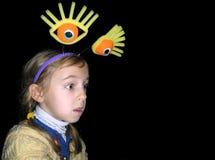 Porträt eines kleinen Mädchens mit großen Augen auf einem schwarzen Hintergrund Stockfotografie