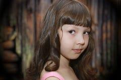 Porträt eines kleinen Mädchens mit Locken Stockfoto