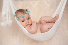 Porträt eines kleinen neugeborenen Babys, das in einer Hängematte liegt lizenzfreie stockfotos