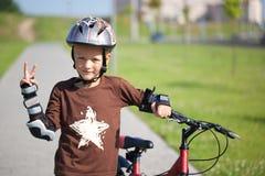 Porträt eines kleinen Radfahrers Stockbilder