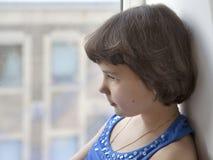 Porträt eines kleinen traurigen Mädchens Lizenzfreies Stockbild