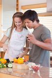 Porträt eines kochenden Paares beim Trinken des Weins Stockbilder