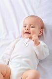 Porträt eines kriechenden Babys auf dem Bett im Bett Baby, Kind, neu Stockbild