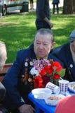 Porträt eines Kriegsveteranen, der auf das andere Veteranensprechen hört Stockfoto