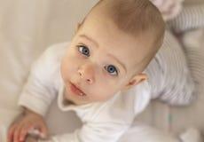 Porträt eines lächelnden Babys, das auf eine ändernde Tabelle legt Lizenzfreies Stockfoto