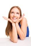 Porträt eines lächelnden Frauendenkens Stockbilder