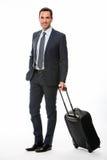 Porträt eines lächelnden Geschäftsmannes mit Koffer Stockbild