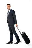 Porträt eines lächelnden Geschäftsmannes mit Koffer Stockbilder
