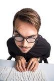 Porträt eines lächelnden Geschäftsmannes unter Verwendung des Computers Lizenzfreie Stockfotografie