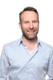 Porträt eines lächelnden glücklichen gutaussehenden Mannes stockfoto
