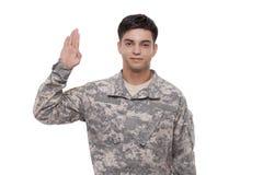 Porträt eines lächelnden jungen Soldaten, der Eid durchführt Lizenzfreies Stockfoto