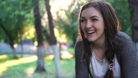 Porträt eines lächelnden Mädchens stock footage
