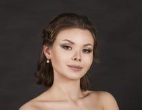 Porträt eines lächelnden Mädchens auf einem dunklen Hintergrund Lizenzfreies Stockbild