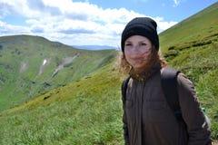 Porträt eines lächelnden Mädchens in den Karpatenbergen im Sommer stockbilder