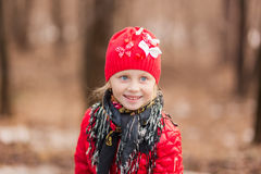 Porträt eines lächelnden Mädchens an einem Frühlingstag für einen Weg im Wald Lizenzfreie Stockbilder