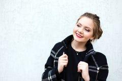 Porträt eines lächelnden Mädchens im hohen Schlüssel gegen weiße Wand Stockbild
