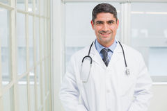 Porträt eines lächelnden männlichen Doktors im Krankenhaus Lizenzfreie Stockbilder