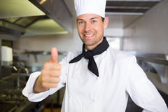 Porträt eines lächelnden männlichen Kochs, der oben Daumen gestikuliert Lizenzfreie Stockfotos