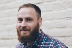 Porträt eines lächelnden Mannes mit Bart Stockfotografie