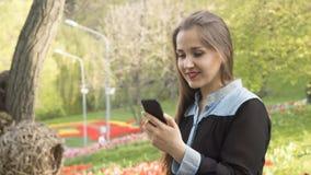Porträt eines lächelnden ukrainischen Mädchens auf Natur Stockfotografie