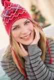 Porträt eines Lächelns recht blond im Winterhut Stockfoto