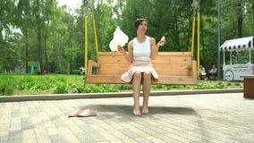 Porträt eines Lächelns regte das Mädchen auf, das Zuckerwatte am Vergnügungspark hält stock video