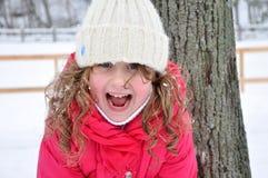 Porträt eines lachenden Mädchens, Winter Stockbild