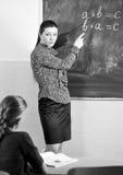 Porträt eines Lehrers, der etwas einem lächelnden schoolbo erklärt lizenzfreie stockfotografie