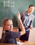 Porträt eines Lehrers, der etwas einem lächelnden schoolbo erklärt lizenzfreie stockfotos