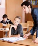 Porträt eines Lehrers, der etwas im Klassenzimmer erklärt lizenzfreies stockbild