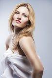 Porträt eines leidenschaftlichen blonden weiblichen Lächelns Schönes langes ha Stockbilder