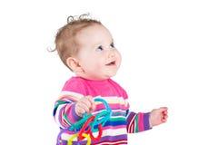 Porträt eines lustigen Babys in einem rosa gestreiften Kleid Lizenzfreie Stockbilder
