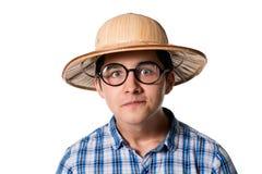 Porträt eines lustigen jungen Mannes in einem Strohhut und in der Sonnenbrille mit Stockbild