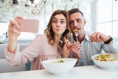 Porträt eines lustigen jungen Paares, das ein selfie nimmt Lizenzfreies Stockfoto