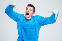 Porträt eines lustigen männlichen Chirurgen stockfotografie