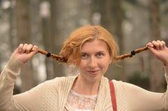 Porträt eines lustigen rothaarigen Mädchens mit zwei Lizenzfreie Stockfotografie