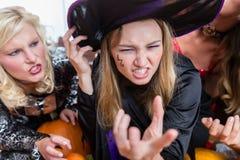 Porträt eines lustigen tragenden Hexenkostüms der jungen Frau während Halloweens lizenzfreie stockbilder