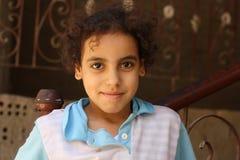 Porträt eines Mädchenlächelns in der Straße in Giseh, Ägypten lizenzfreie stockfotografie