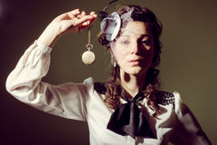 Porträt eines Mädchens in altmodischer Kleiderholding Lizenzfreies Stockfoto