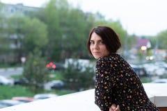 Porträt eines Mädchens auf dem Balkon im Sommer lizenzfreies stockfoto