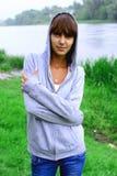 Porträt eines Mädchens auf einem Hintergrund der Natur Stockfoto
