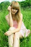 Porträt eines Mädchens auf einem Hintergrund der Natur Stockbild