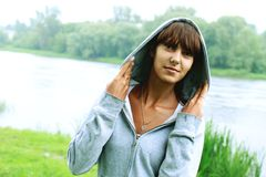 Porträt eines Mädchens auf einem Hintergrund der Natur Stockfotos