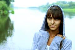 Porträt eines Mädchens auf einem Hintergrund der Natur Lizenzfreie Stockfotografie